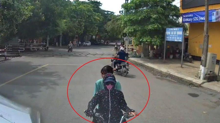 Hai cô gái đi xe đạp điện đi sai làn đối đầu thi gan với xe container