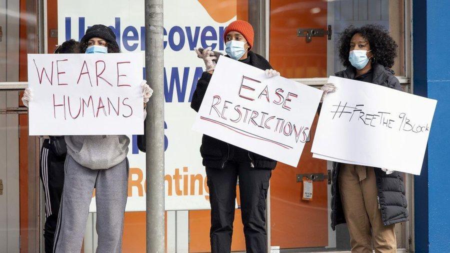Cáo buộc tình dục và cú sốc khi Melbourne trở lại phong tỏa chống dịch