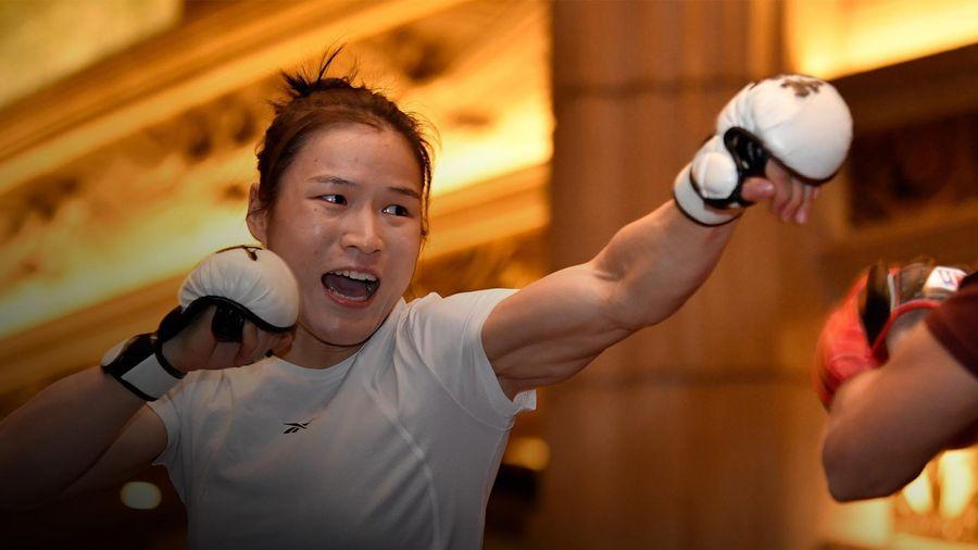 Nữ võ sĩ vô địch UFC thể hiện sức mạnh