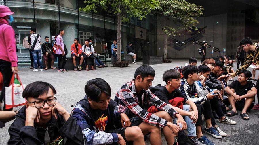 Xô đẩy, chen lấn là cách giới trẻ mua giày hiếm tại Việt Nam?