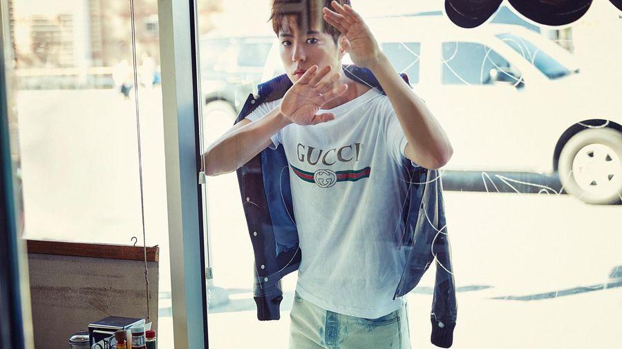 Park Bo Gum ăn mặc trẻ trung trong buổi chụp hình