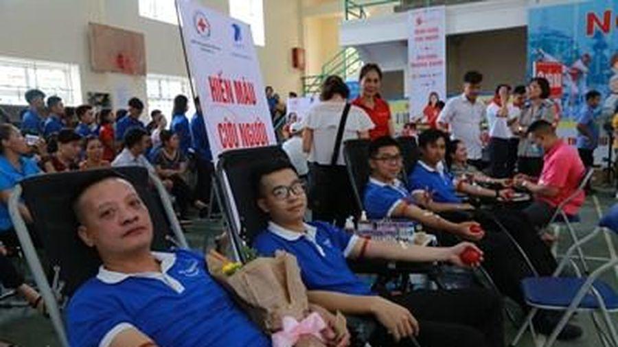 Hàng trăm cán bộ, nhân viên và người dân tỉnh Sơn La tham gia hiến máu