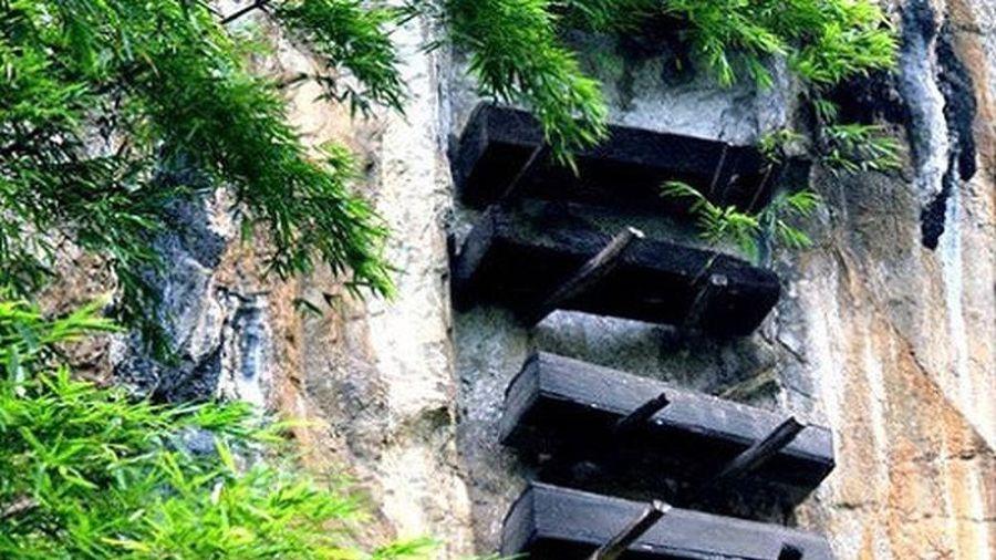 Bí ẩn những quan tài cheo leo trên vách núi đá ở Trung Quốc