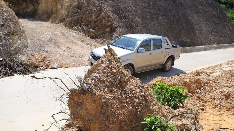Những tảng đá khổng lồ chờ rơi nơi tuyến đường 80 tỷ vừa làm xong