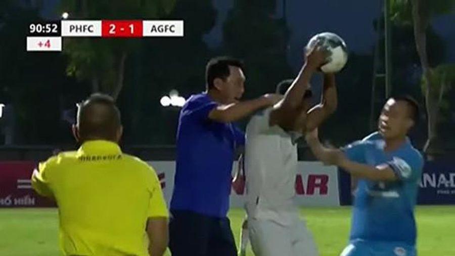 'Treo giò' 2 trận, phạt 15 triệu HLV bóp cổ cầu thủ