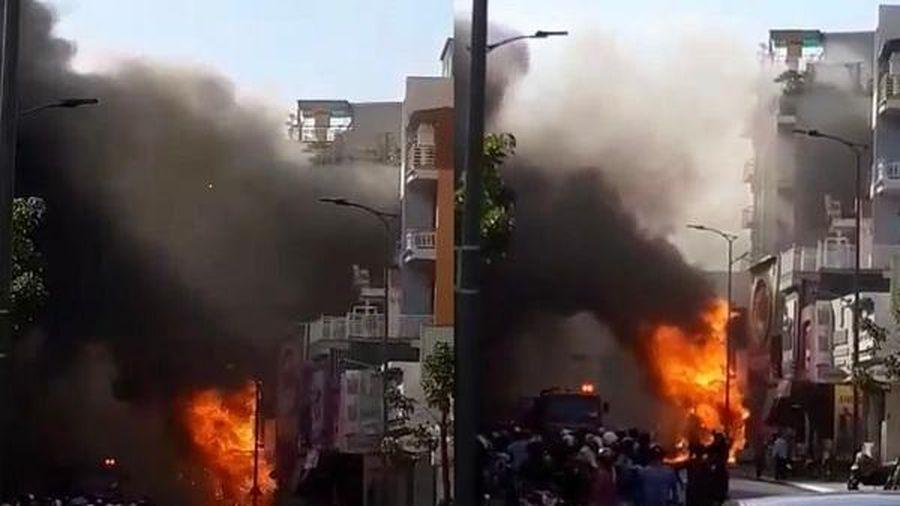 Khói lửa bốc lên ngùn ngụt phủ trùm nhà 3 tầng ở Huế