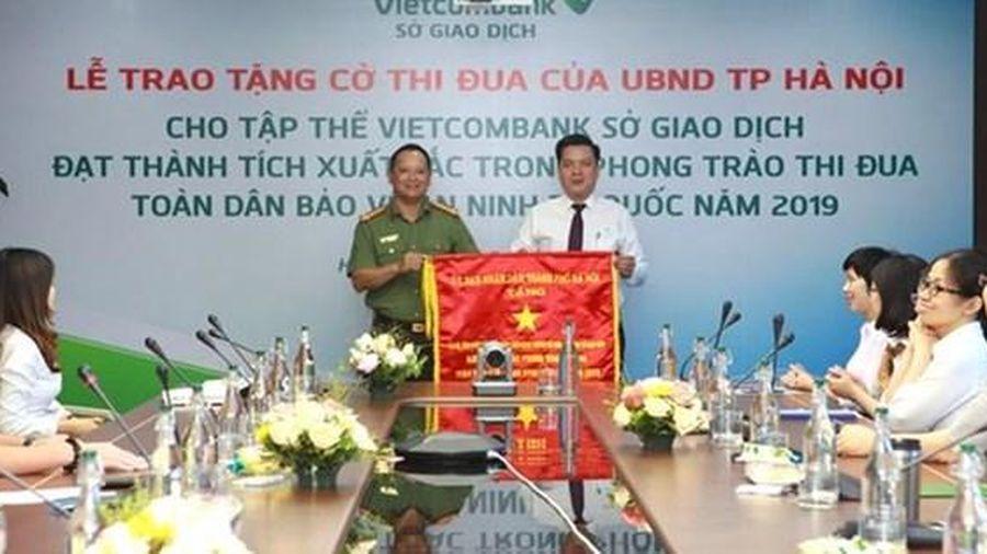 Vietcombank Sở giao dịch nhận cờ thi đua của UBND TP. Hà Nội