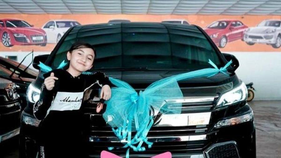 Youtuber 12 tuổi mua xe tiền tỷ, bố mẹ bị chỉ trích dữ dội