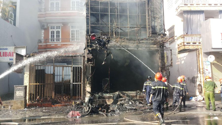 Lô hàng trị giá trăm triệu đồng hóa tro sau đám cháy lớn tại Huế