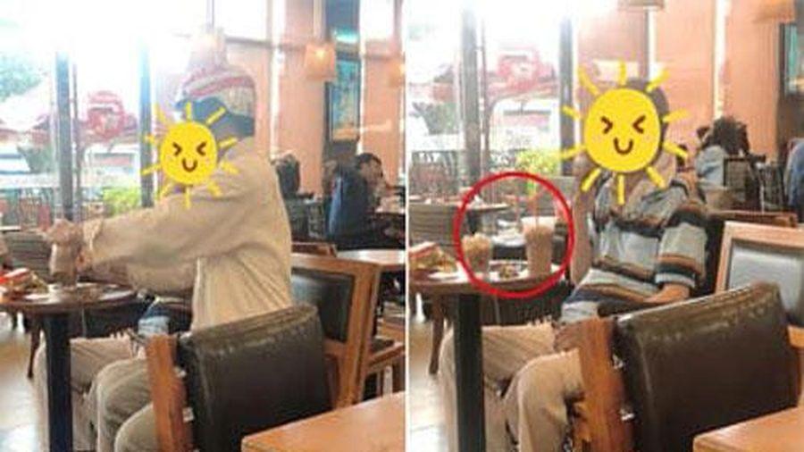 Đưa cha vào quán cà phê nhưng chỉ gọi một cốc, hành động của người con sau đó khiến ai chứng kiến 'lòng nặng trĩu'