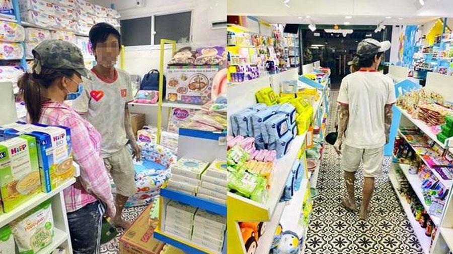 Anh thợ xây dẫn vợ bầu bị lấm bẩn vào cửa hàng, hành động sau đó khiến tất cả xúc động