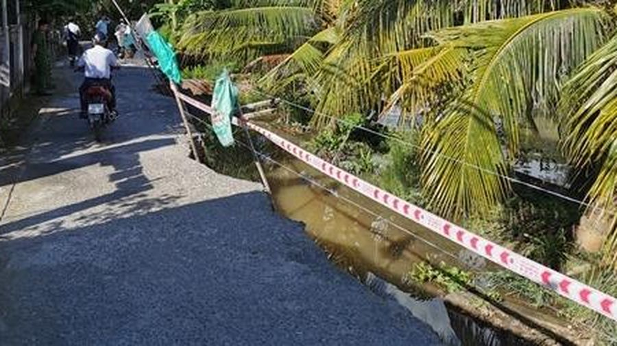 Sạt lở 30m đường bêtông nông thôn ở Phong Điền