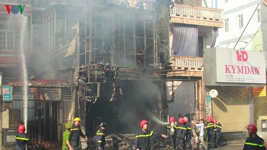 Cháy lớn ở cửa hàng thời trang, 40 cán bộ chiến sĩ đến dập lửa