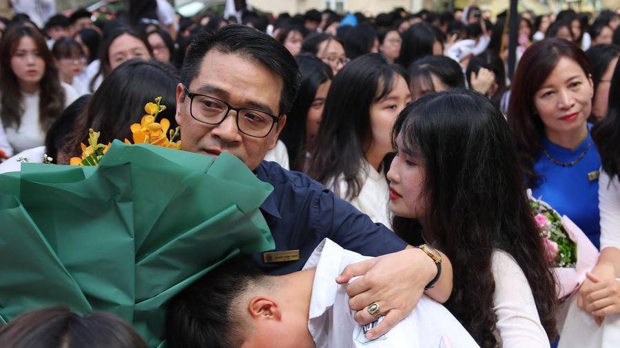 Học sinh khóc nức nở, ôm chặt thầy cô trong lễ bế giảng