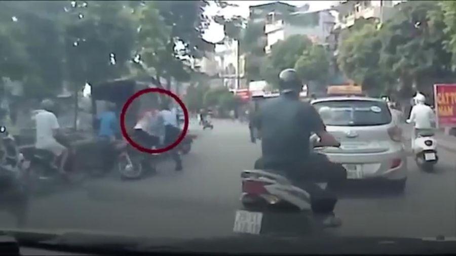 Thanh niên cố tình phi xe máy húc ngã dân phòng tại Hà Nội