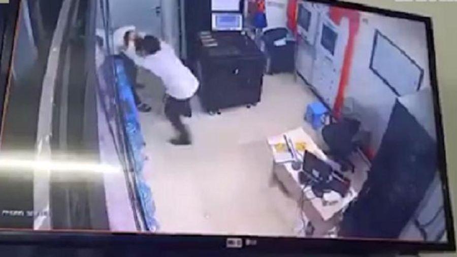 Bản tin 9/7: Bất ngờ nguyên nhân gã thanh niên hành hung nữ nhân viên bảo vệ