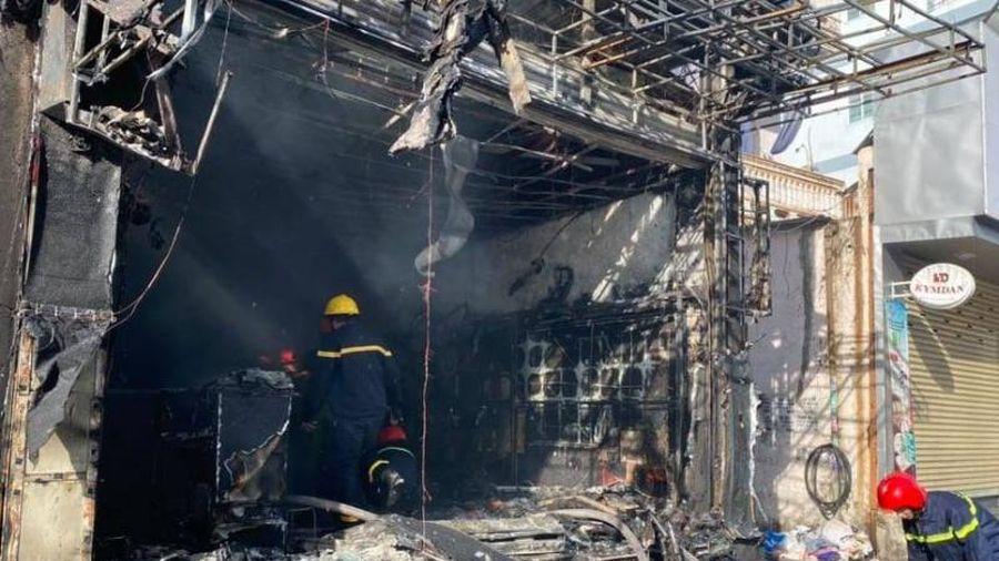 TT - Huế: Chưa đầy 1 giờ 'bà hỏa' đã thiêu cháy ngôi nhà 3 tầng