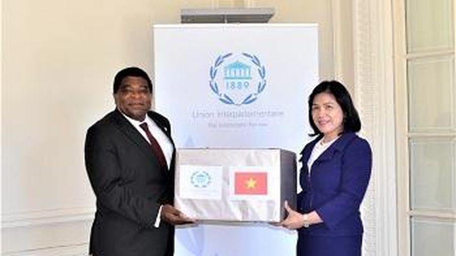 Quốc hội Việt Nam tặng khẩu trang y tế cho Ban Thư ký IPU