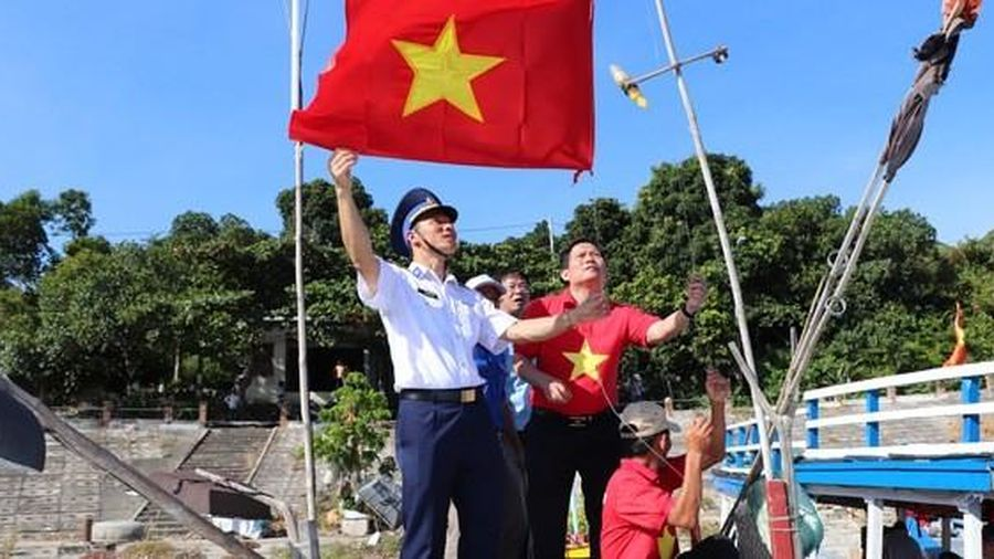 Báo Người Lao Động trao cờ Tổ quốc cho ngư dân Cù Lao Chàm