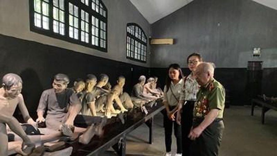 Tọa đàm và giao lưu với nhân chứng lịch sử ở Nhà tù Hỏa Lò