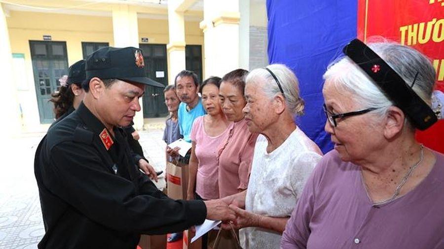 Bộ Tư lệnh CSCĐ tặng 62 suất quà cho các gia đình liệt sỹ
