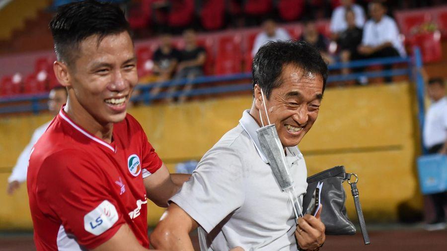 Quế Ngọc Hải chia vui với trợ lý Lee Young-jin sau trận thắng 4-0