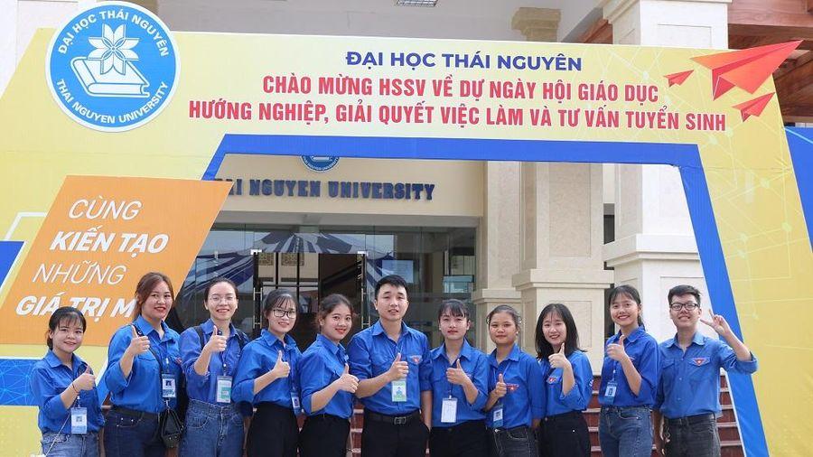 Hơn 2000 học sinh, sinh viên được tư vấn tuyển sinh, giới thiệu việc làm