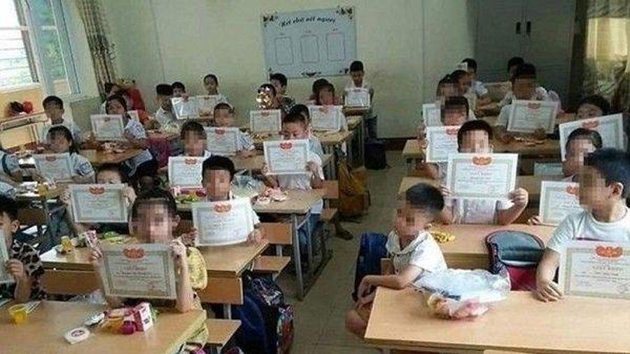 Bộ GD&ĐT lên tiếng về bức ảnh cậu bé duy nhất trong lớp không được nhận giấy khen