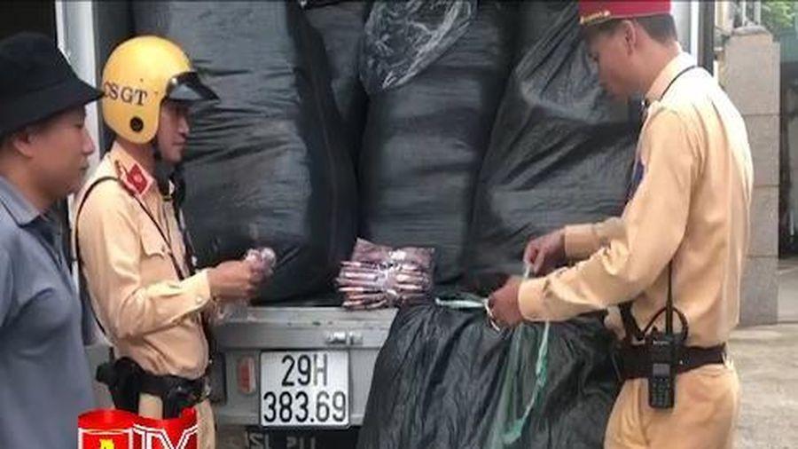 Tuần tra phát hiện hơn 7.000 bộ quần, áo không rõ nguồn gốc, xuất xứ