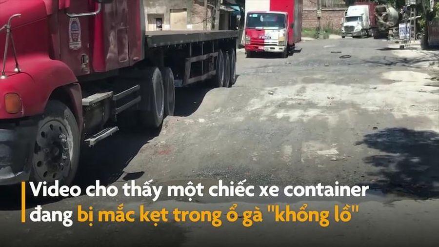 Ổ gà siêu to khổng lồ giữa đường khiến container kẹt bánh