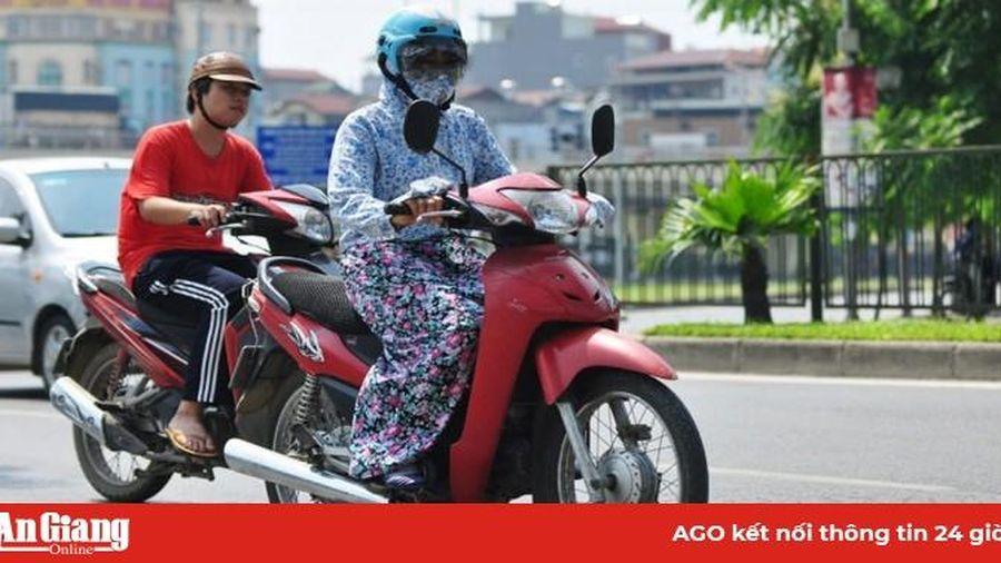 Mặc áo dài, áo chống nắng đi xe máy thế nào cho an toàn
