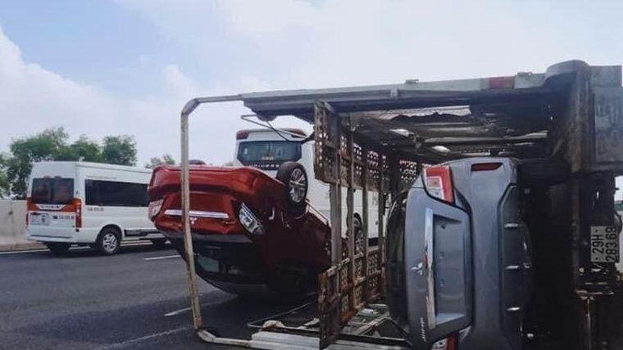 Xe chuyên dụng chở ô tô lật trên cao tốc sau va chạm với xe 7 chỗ