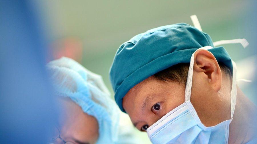7 lần tách cặp song sinh dính liền đáng nhớ của bác sĩ Việt Nam