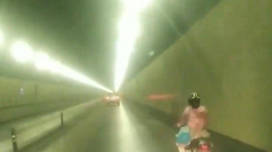 Người phụ nữ rạng sáng vượt chốt lao xe máy qua hầm Hải Vân