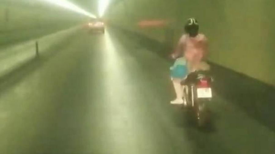 Cô gái bất chấp nguy hiểm phóng xe máy vun vút qua hầm Hải Vân