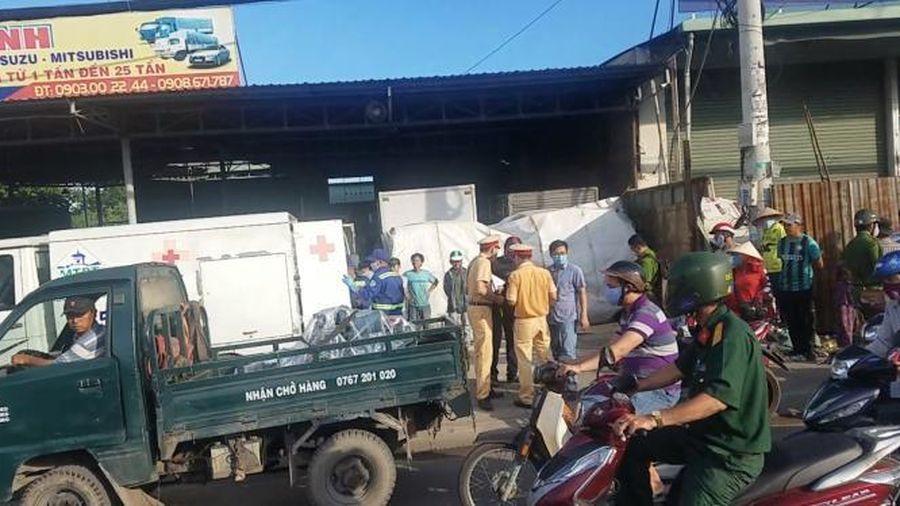 TPHCM: Tông vào sau xe dọn vệ sinh trên đường, 1 người tử vong