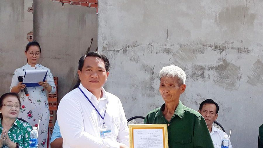 Tặng 'Nhà tình nghĩa' cho gia đình thương binh Nguyễn Văn Nhơn