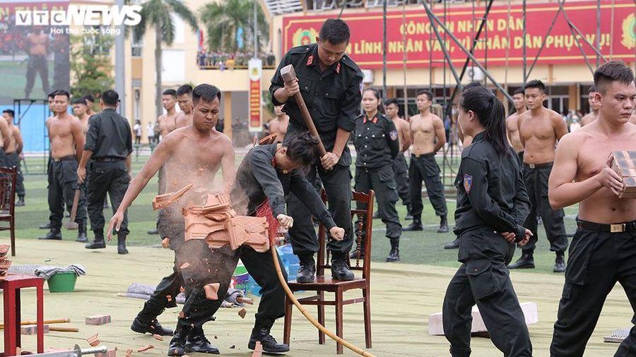 Tròn mắt xem 'bóng hồng' đặc nhiệm Việt Nam dùng yết hầu đè cong thanh sắt nhọn