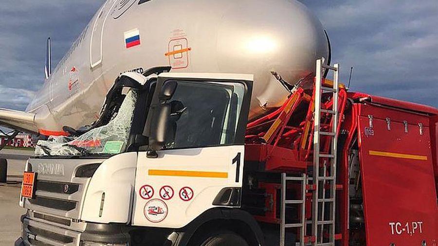 Xe bồn nát đầu khi lao vào phi cơ ở sân bay Nga