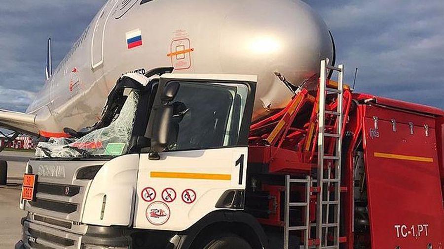 Nga: Đâm vào phi cơ đỗ tại sân bay, xe bồn chở nhiên liệu nát tươm đầu
