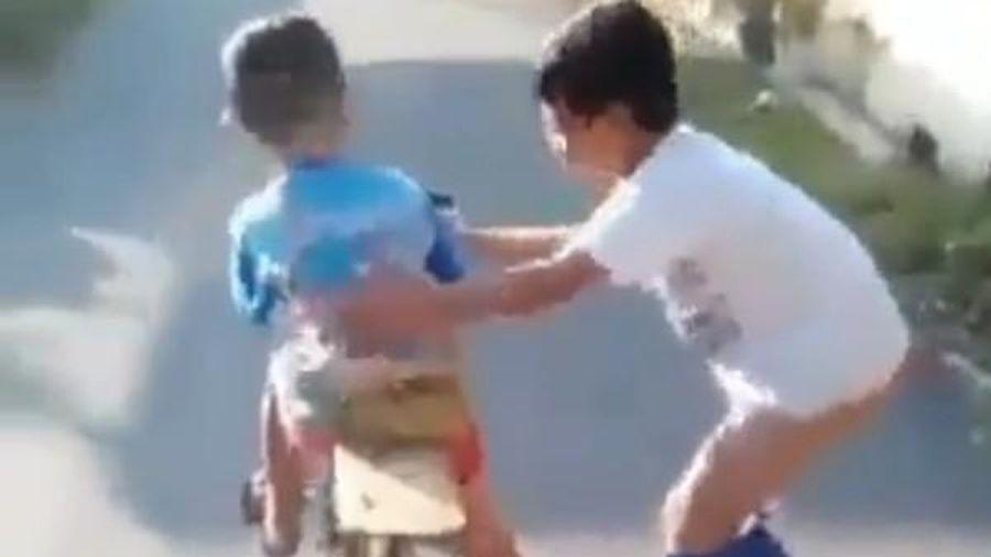 Video dễ thương nhất: Cậu bé giúp bạn tập xe đạp, không để bạn ngã dù mình… tuột cả quần