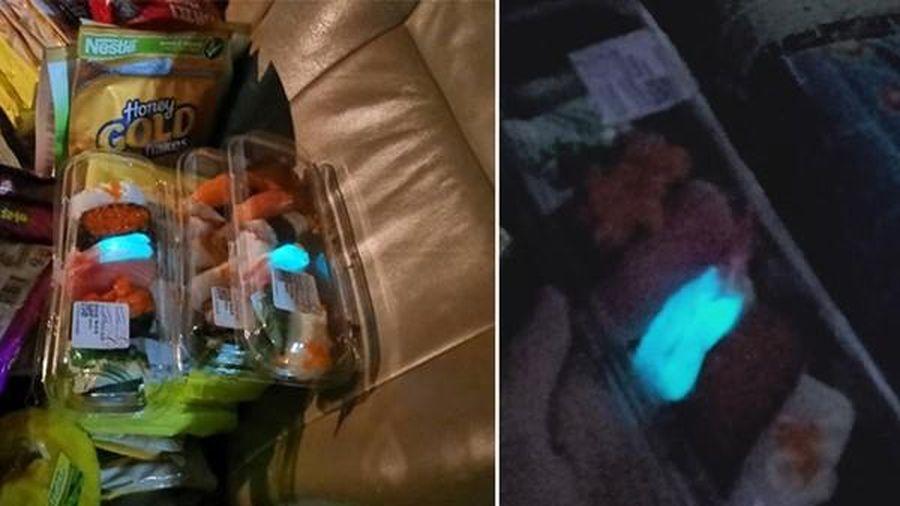 Mua sushi về nhà ăn, giật mình khi mấy miếng tôm phát ánh sáng xanh kỳ quái trong bóng tối