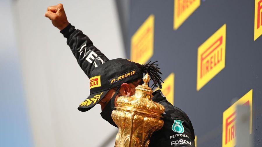 Lewis Hamilton gây sốt với chiến thắng ngoạn mục