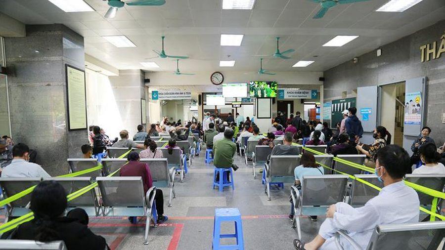 Cơ sở khám chữa bệnh khẩn trương giãn cách ở khu vực đông người