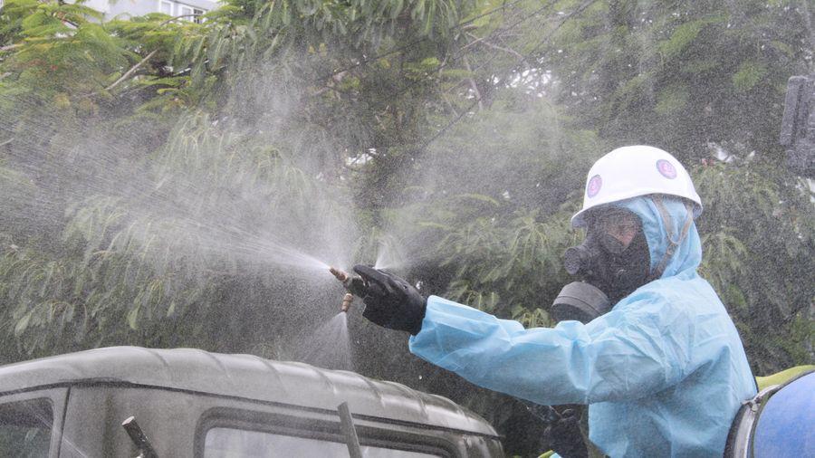 Bộ đội phòng hóa phun khử khuẩn trên địa bàn quận Sơn Trà