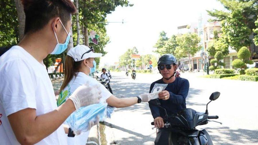 Phát miễn phí khẩu trang y tế cho người dân Ninh Thuận