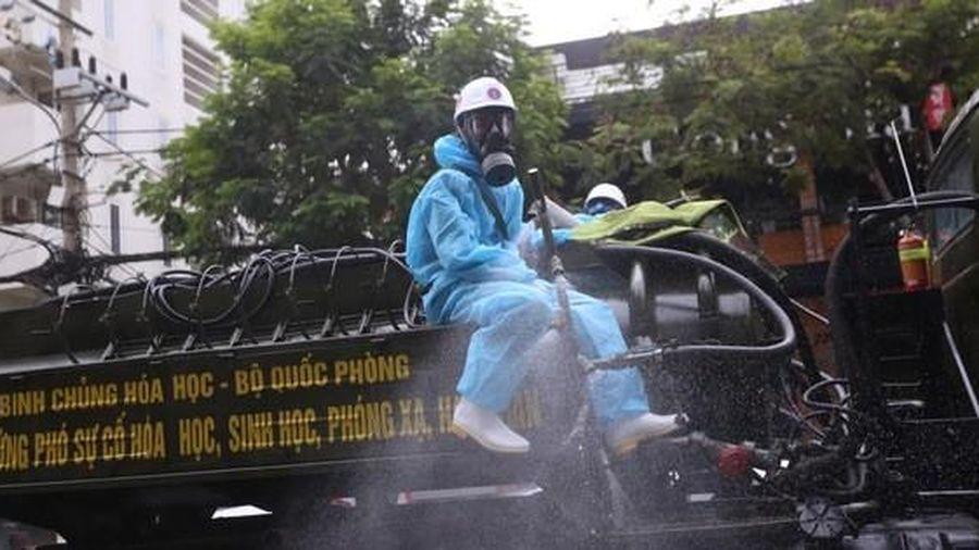 Cận cảnh Binh chủng hóa học phun khử khuẩn toàn quận Sơn Trà - Đà Nẵng