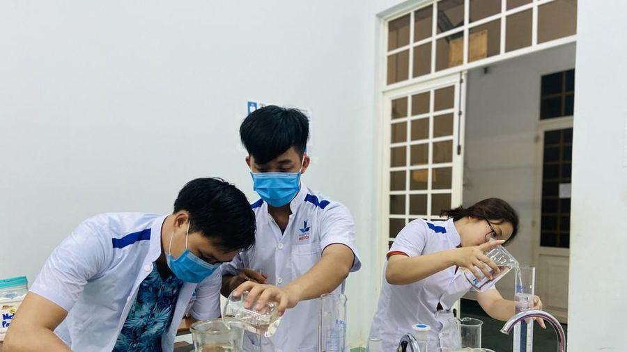 Làm dung dịch sát khuẩn cho chương trình 'Thanh niên tình nguyện Hè 2020'