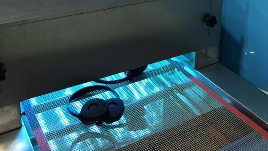 Hãng hàng không Việt Nam đầu tiên khử khuẩn tai nghe bằng tia UV