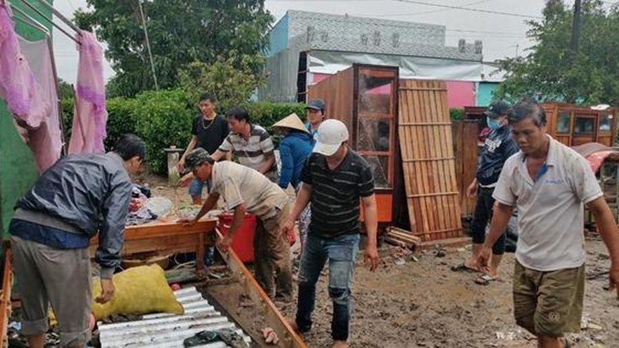 Sóc Trăng: Mưa lớn kèm theo dông lốc, hàng chục căn nhà sập
